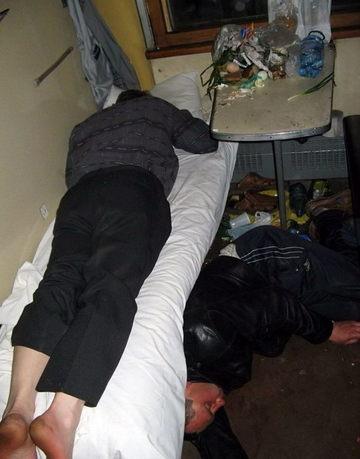Imaginea anului dintr-un tren din Moldova! Erau beti morti si au adormit in mizerie