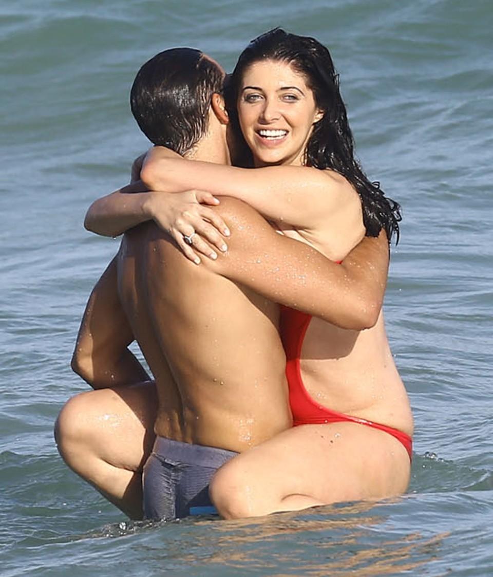 Si-au dat frau liber hormonilor in apele marii si nu si-a dat seama ca i-a picat costumul de baie! Uite ce a lasat la vedere bruneta