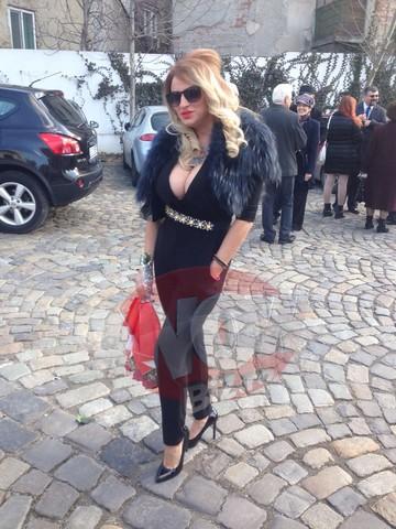 FOTO Doamneee, ce decolteu ametitor are Sanziana Buruiana! Uite cum s-a imbracat la cununia civila a Andreei Tonciu!