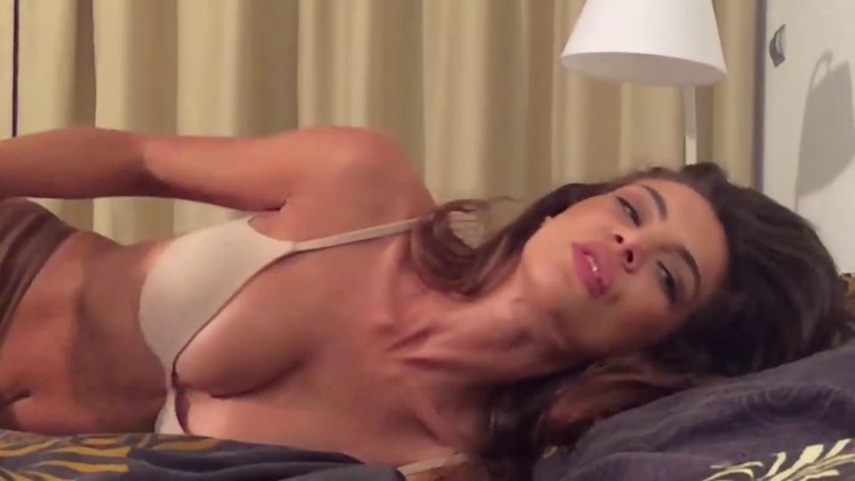"VIDEO EXCLUSIV | Imagini HOT cu ""bunaciunea"" de la BRomania! Christina Ich a trecut de la comedie la scene periculoase! L-a stors de vlaga pe un ""frumusel"" in public si s-au incins la maxim"