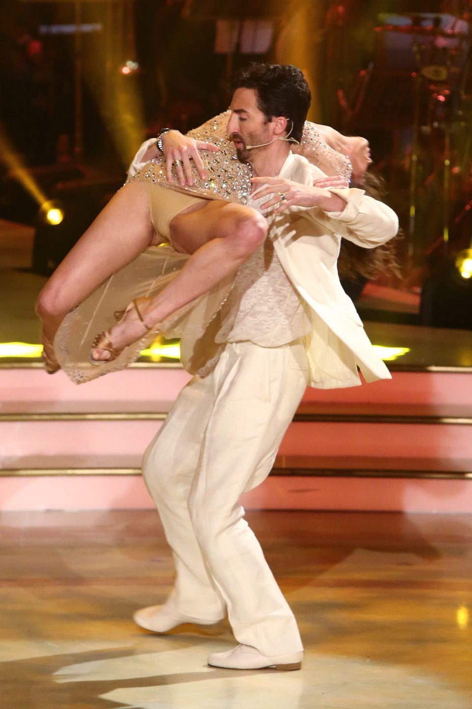 Bruneta asta a aratat TOT in timpul dansului! Si-a departat picioarele, iar fotografii au fost pe faza. Ce imagini au surprins