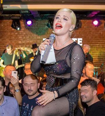 Foto | Doamne, Loredana Groza, aparitie socanta la un concert! A dansat pe mese si i-a iesit juma' de san din sutien!