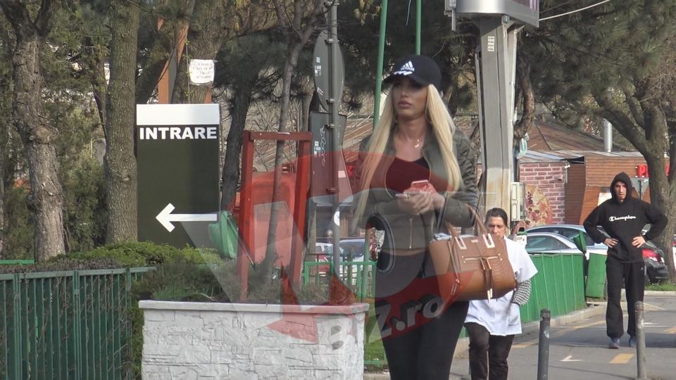 """VIDEO EXCLUSIV! Acestea sunt imaginile anului! Loredana Chivu circula cu... metroul! Si-a facut aparitia pe peron in cei mai mulati pantaloni din lume! Am filmat-o pe """"blonda suprema"""" intr-o ipostaza cum nu ai mai vazut-o! N-are fite de vedeta si a demonstrat ca stie sa se descurce cand are masina in service"""