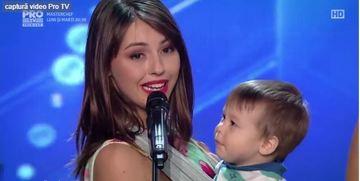 Una dintre mamicile cu bebelus in brate, care a dansat intr-un show TV, e pro alaptare! A fost protagonista unui pictorial de senzatie in timp ce-si hranea micutul la san