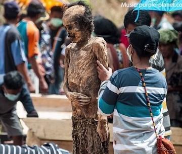 Ceremonie macabra! Cum arata locul in care satenii isi dezgroapa mortii si ii imbraca in haine de petrecere