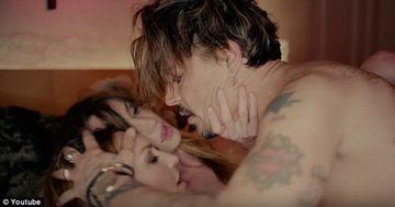 Johnny Depp, scene cu scantei in...trei! Celebrul actor si-a facut de cap cu doua tinerele
