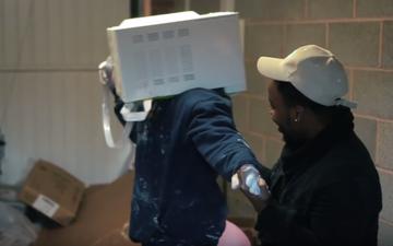 Halucinant! Ce s-a întâmplat cu un vlogger după ce şi-a blocat capul într-un cuptor cu microunde plin cu ciment
