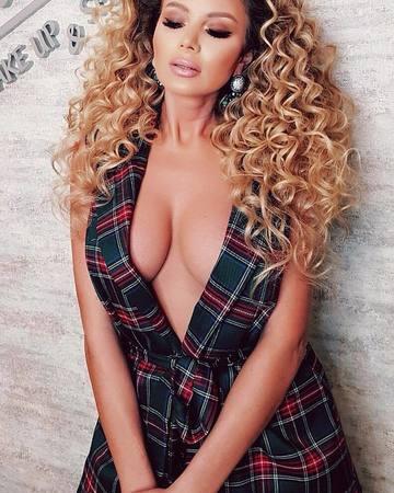 Roxana Vasniuc, contracte de mii de euro! Blondinei ii merge struna pe plan profesional – Afla detalii