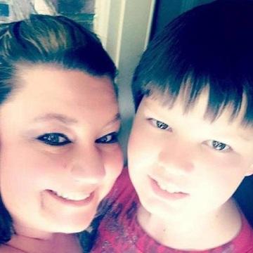 Si-a fotografiat fiul in cosciug si a facut imaginile publice! Este infiorator ce s-a intamplat cu baiatul de 12 ani