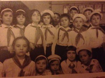 Foto de colectie! Uite cum arata Mihaela Borcea cu cravata de pionier la gat!