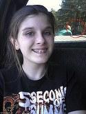 O pustoaica de 13 ani si-a facut un selfie si l-a postat pe Facebook! Familia si prietenii fetei si-au facut cruce cand s-au uitat mai atent la imagine! Ce era in spatele ei?