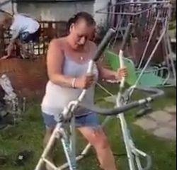 Si-a convins bunica sa se urce pe un aparat de gimnastica, in curte, si a filmat totul. Milioane de oameni s-au amuzat de reactia femeii cand a inceput sa dea din picioare