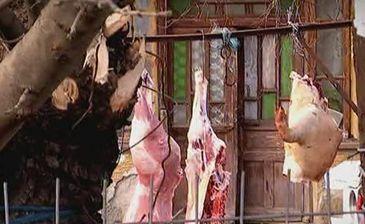 In prag de Craciun, samsarii vand porci sacrificati in conditii jalnice. Iar reclama cu halcile atarnate la porti socheaza