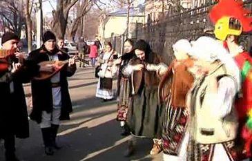 Spectacol cu 300 de colindatori pe strazile din Galati. Moldovenii au colindat cu gaina si cocosul
