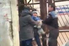 Un politist trage de un copil cu un caine in brate. Mama lui era de fata. Imagini incredibile, filmate in Bucuresti