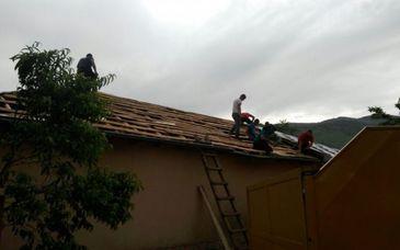 Fenomen meteo extrem in Tulcea: o tornada a distrus acoperisurile de pe mai multe case