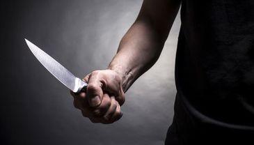 Patronul unui bar din Timisoara a fost la un pas de moarte dupa ce un client l-a amenintat cu un cutit. Scenele par desprinse dintr-un film de groaza