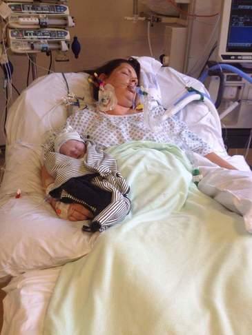 Sfasietor! Femeia asta in coma isi strange la piept fiul nascut mort. Ignoranta medicilor a dus la aceasta situatie dramatica