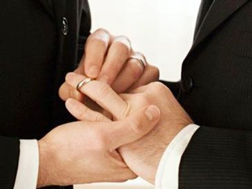 CCR a amânat pentru septembrie luarea unei decizii privind recunoaştea căsătoriilor gay încheiate în străinătate