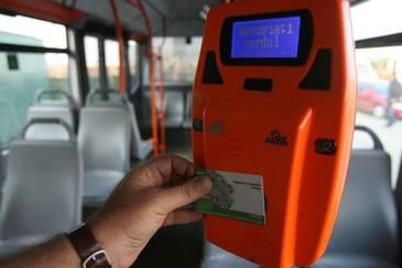 RATB introduce un proiect pilot de plata a calatoriilor cu cardul pe mai multe linii