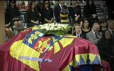 Sambata, zi de doliu national in memoria Reginei Ana. Cortegiul funerar a ajuns la Curtea de Arges. Zeci de persoane s-au adunat in fata noii Catedrale Arhiepiscopale