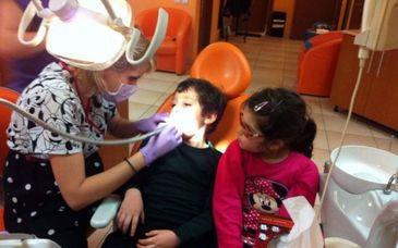 """Ea e doctorul copiilor orfani din Slatina. Medicul dentist care trateaza cu bani de acasa sute de copii: """"M-am hotarat sa fiu eu cea care ii ajuta"""""""