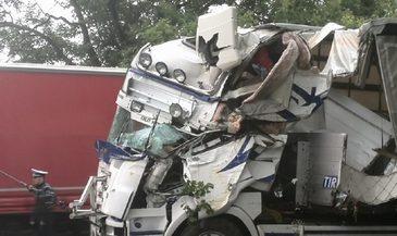 Trafic blocat pe DN 2B, dupa ce doua TIR-uri au fost implicate intr-un accident. Unul dintre soferi era beat