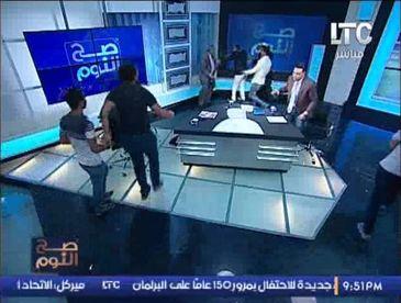 Scandal la TV intr-o tara musulmana! Un imam a fost batut in direct pentru ca a declarat ca femeile nu sunt obligate sa poarte val!