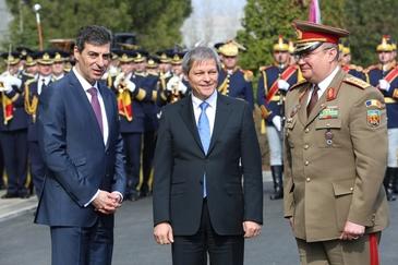 Premierul Dacian Ciolos si ministrul Apararii, Mihnea Motoc, la ceremonia de sosire in tara a primelor avioane F-16