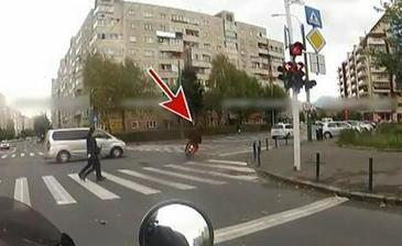 Reacţie incredibilă a unui motociclist după ce este lovit în plin de o dubă!