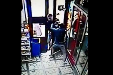 Ce a patit un tanar care a avertizat o femeie ca un individ incearca sa ii fure portofelul din geanta