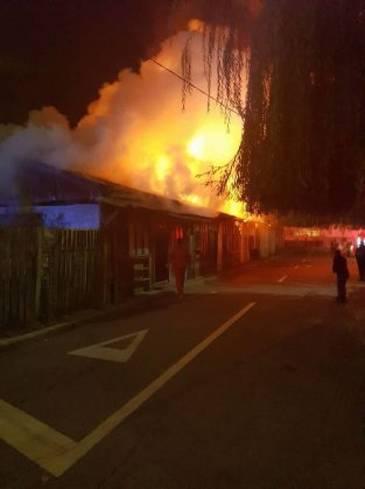 Incendiu intr-o localitate din Bacau. Un magazin a fost cuprins de flacari. Cinci echipaje de pompieri au intervenit