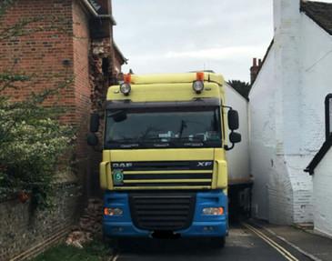 """Un camion romanesc a ramas intepenit intre doua case intr-un orasel din Anglia: """"Nu ne-am putut crede ochilor"""""""