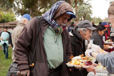 """Primaria Capitalei aloca 91.000 de euro pentru proiectul """"Sandwich-ul de la miezul noptii"""", prin care sunt donate alimente oamenilor strazii"""