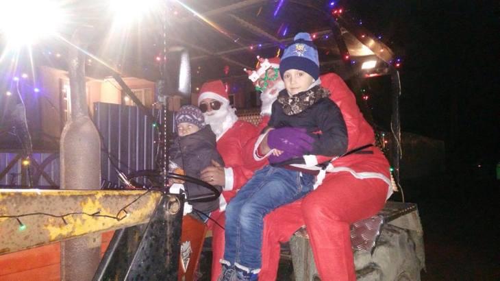 Mos Craciun a dat saniuta cu reni pe un tractor! Asa a ajuns la copiii dintr-un catun din varf de munte, iar micutii au fost mai fericiti ca niciodata