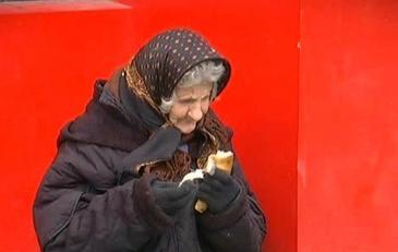 Bucurie de Craciun pentru mamaia Leontina, batranica din Piata Unirii. Isi va petrece sarbatorile sub un acoperis prin care nu mai ploua