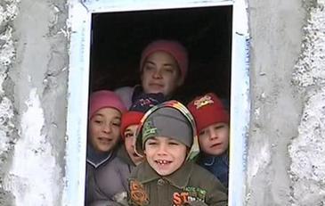 """Viscolul le-a smuls acoperisul casei, iar 8 copilasi degera de frig in propria casa: """"Ne-au inghetat picioarele"""""""