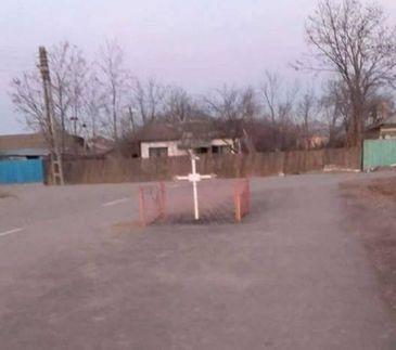 """Crucea cu gard din mijlocul drumului. Edilul comunei: """"Nu incurca pe nimeni. Taierea ei ar fi o profanare. Cat voi fi primar, nu o sa se intample asa ceva"""""""