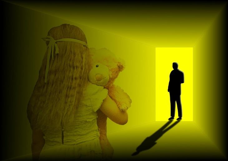 O copila de 13 ani din Timis a intretinut timp de un an relatii intime cu tatal ei. Ea s-a indragostit de barbat si ii scria biletele de dragoste