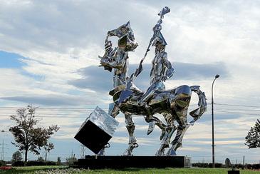 """Acesta este cel mai original monument din Romania! Statuia """"Omagiu"""" din Buzau are 10 metri inaltime, este facuta din inox si este dedicata memoriei unui artist plastic"""