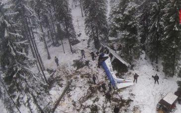 La trei ani de la accidentul aviatic din Apuseni, doar brazii loviti mai pastreaza urmele tragediei in care au murit doi oameni! Sora Aurei Ion a filmat acum locul dezastrului