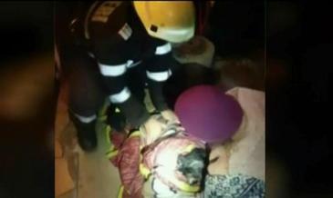 Operatiune dificila de salvare! Un caine a fost scos de pompieri dintr-o fantana cu apa rece ca gheata