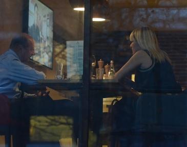 Elena Udrea si Traian Basescu, surprinsi impreuna, la un pahar de vin, aseara, in timp ce zeci de mii de romanii cereau in strada demisia Guvernului!