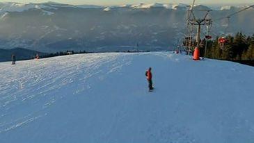 Straja e mandria Hunedoarei! Statiunea cu cel mai vechi domeniu schiabil din Romania ii ademeneste pe turisti cu zapada buna, peisaje spectaculoase si servicii la preturi foarte bune.