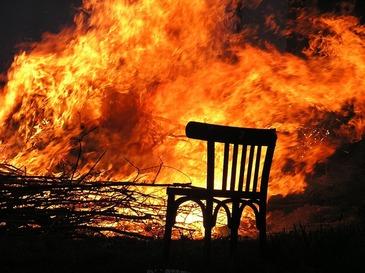 Buzau: Un barbat a murit, iar fiul sau a fost ranit, intr-un incendiu izbucnit in locuinta lor in timp ce se aflau la priveghiul sotiei
