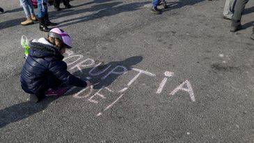 Noi proteste anuntate pentru weekend in Bucuresti si in tara. Manifestatiile au inceput in Piata Victoriei, cu un nou protest al copiilor