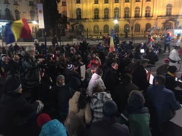 Cateva zeci de oameni in Piata Victoriei, in a nouasprezecea zi de proteste. Alte cateva zeci, la Palatul Cotroceni