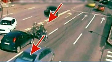 Accident violent filmat la Braila. Un motociclist este izbit in plin de o masina - Care este starea lui de sanatate