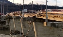 Podul de peste Trotus se dezintegreaza. Situatie de urgenta la Onesti. O bucata mare din pod a cazut