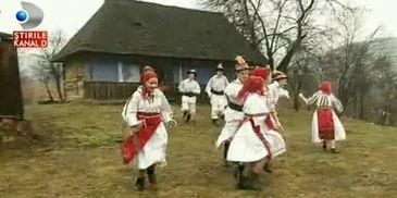 Traditii de Dragobete in Maramures. De ce se spala tinerele fete cu zapada pe fata
